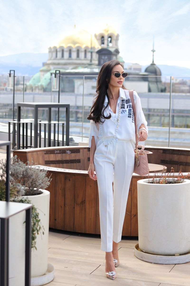 Lora Georgieva е с бял панталон avin