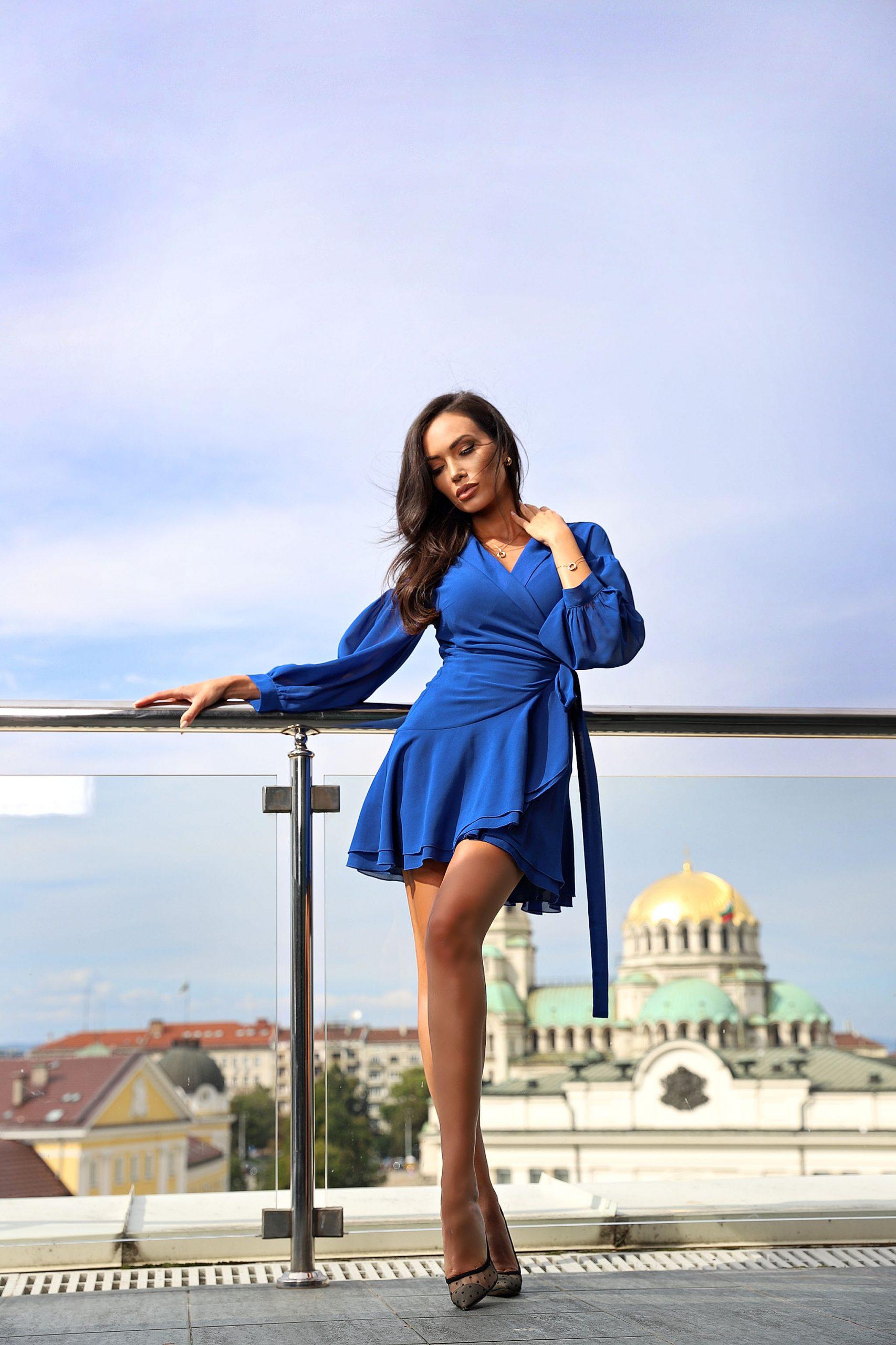синя рокля avin
