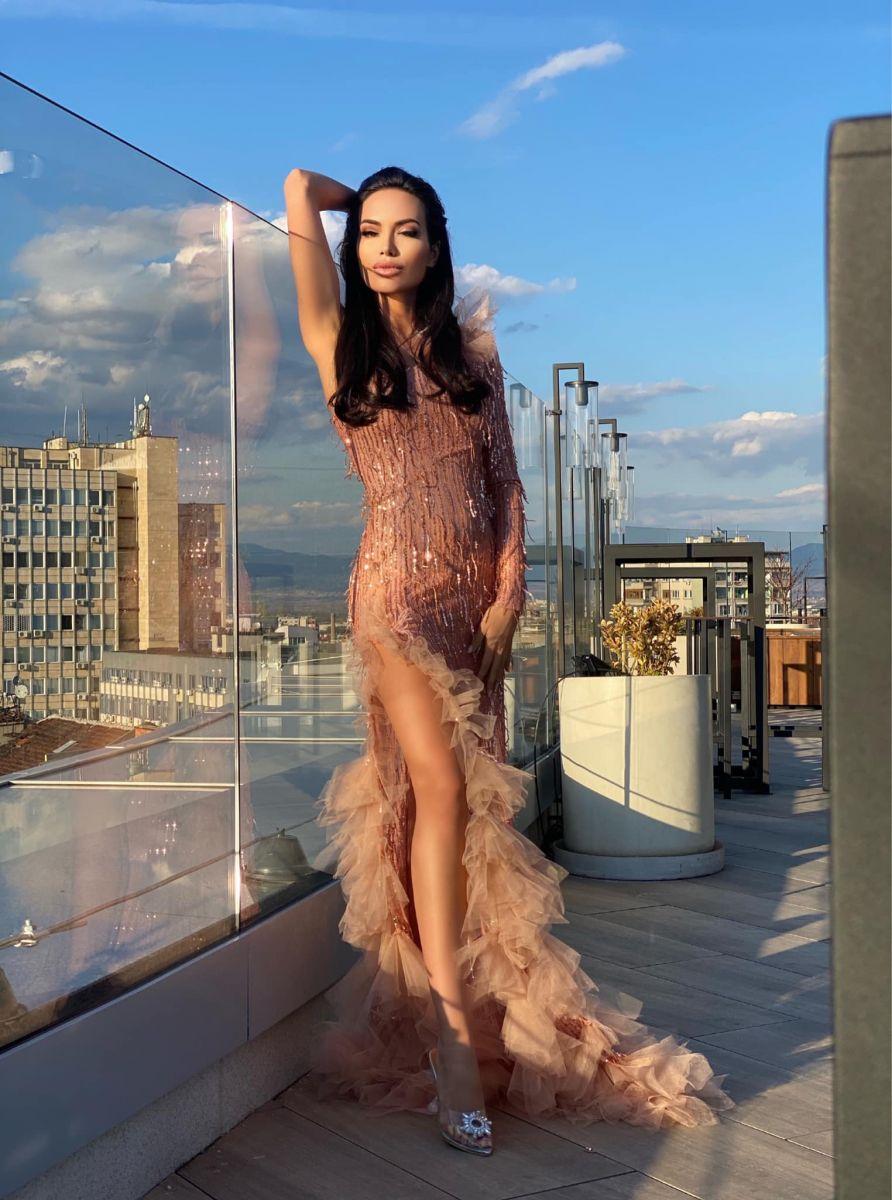 коктейлна рокля утикова рокля с пайети avin lora georgieva